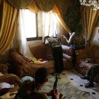 © GORAN TOMAŠEVIČ, Reuters: Voják Svobodné syrské armády střílí zpokoje domu vAleppu, Syrie 14. 8. 2012 / Soldier of the Free Syrian Army shoots from a house in Aleppo, Syria, 14 August 2012