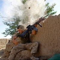 © GORAN TOMAŠEVIČ, Reuters: Seržant amerického námořnictva čelí palbě Tálibanu, Afghánistán, 18. května 2008 / Sergeant of US Marine Corps faces Taliban attack, Afghanistan, 18 May 2008