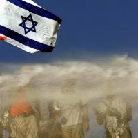 © GORAN TOMAŠEVIČ, Reuters: Demonstrant sizraelskou vlajkou vpalbě vodního děla, Gaza 18. 8. 2005 / Demonstrator holding an Israeli flag in the line of water cannon, Gaza, 18 July 2005