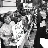 Foto Jan Lukas – Slávka Peroutková, Dr. Bohumír Bunza, vlevo vzadu M. Lukasová - demonstrace na podporu Charty 77, 1979