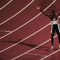 © JIŘÍ KOLIŠ, www.kolis.cz: Michael Johnson – USA - po vítězství vběhu na 400 m – LOH Atlanta 1996 / Michael Johnson – USA – After winning the 400m race - Summer Olympic Games Atlanta 1996