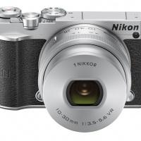 Nikon 1 J5 s objektivem 1 Nikkor 10–30 mm F3,5–5,6 VR PD-ZOOM