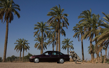 © GORAN TOMAŠEVIČ, Reuters: Američtí vojáci roztlačují u Bagdádu auto Iráčana. Irák,13. 6. 2007 / American soldiers push a car belonging to an Iraqi man near Baghdad, Iraq, 13 June 2007