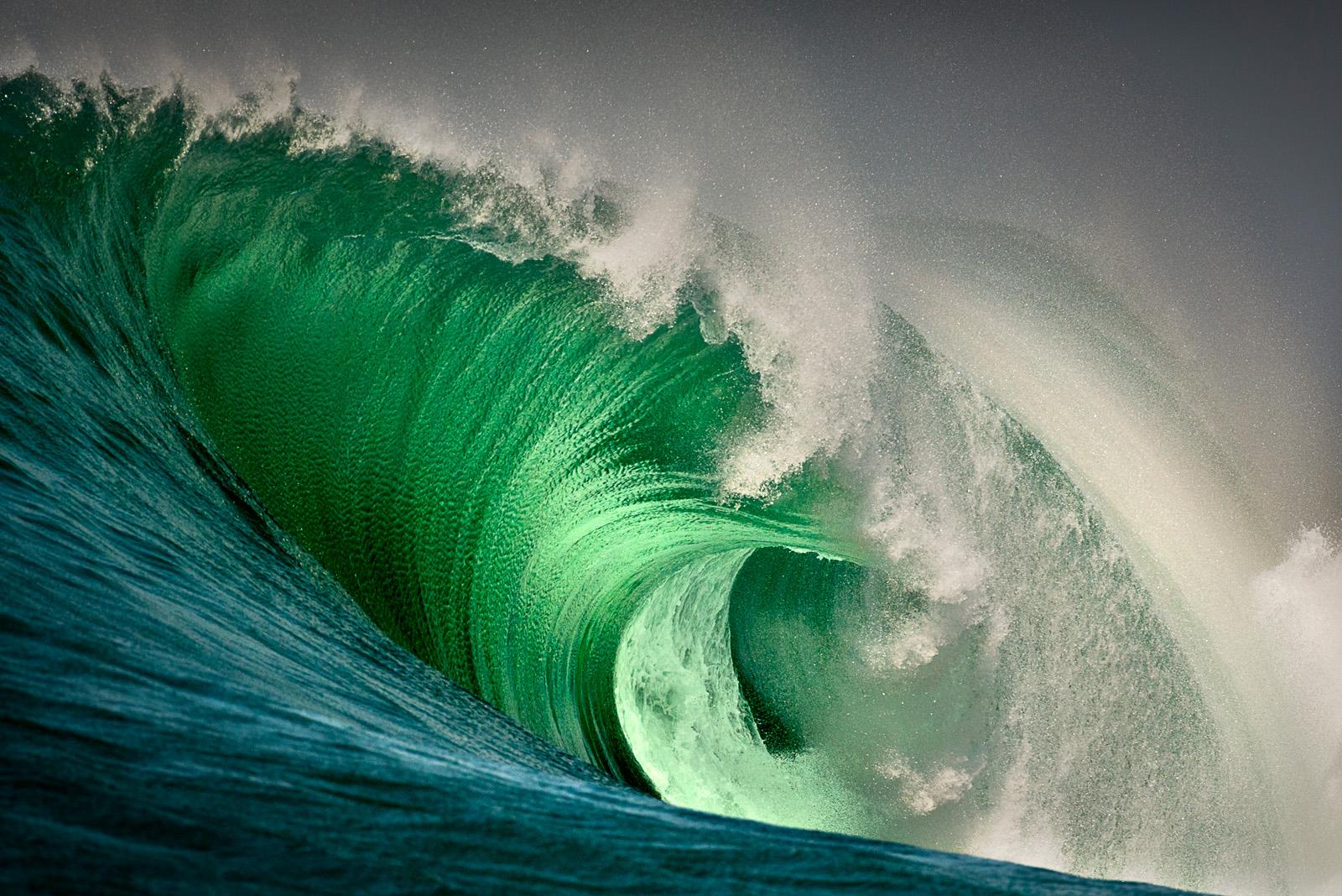 Příběhy divokého oceánu / Wild Ocean Stories  © George Karbus: Vlna se jménem Aileens se láme pod obrovskými útesy Cliffs of Moher a je Mekkou světového surfingu. Západní pobřeží Irska / Wave called Aileens breaks under the massive Cliffs of Moher, the Mecca of world surfing. West Coast of Ireland