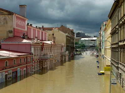 Praha pod vodou / Prague underwater © ROMAN SEJKOT (www.sejkot.com): Karlínské divadlo, 14. 8. 2002 / Karlínské Theatre, August 14th 2002