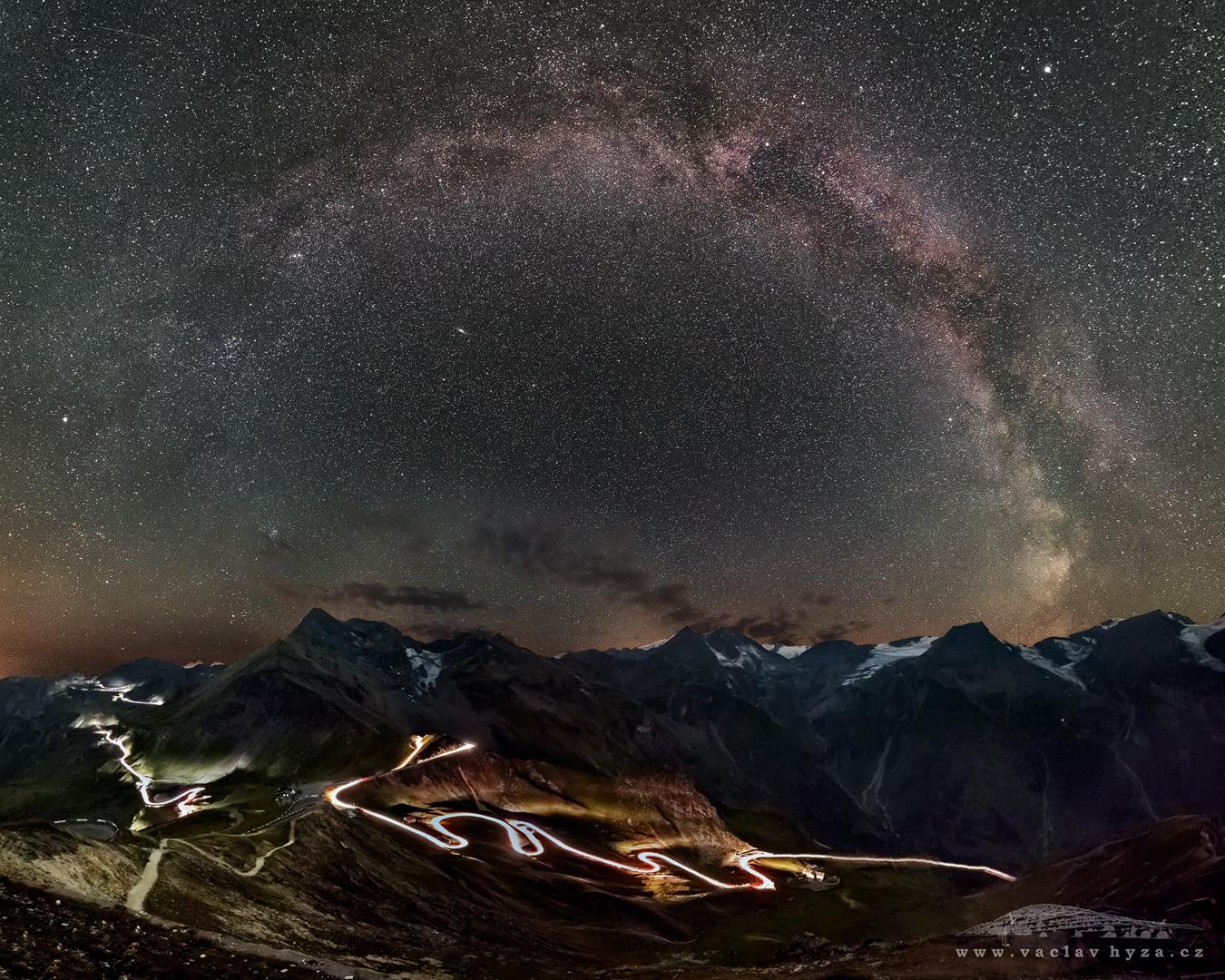 Fotografie, která se umístila mezi 50 semifinálovými snímky Nikon kalendáře 2018 | Cesta života (Rakouské Alpy) | Foto Václav Hýža | Panorama z 33 snímků. Krajina: 7 snímků + 1 DF, ISO 6 400, F2,8, 158 s. Hvězdy: 22 snímků + 3× DF, ISO 12 800, F2,8, 28 s