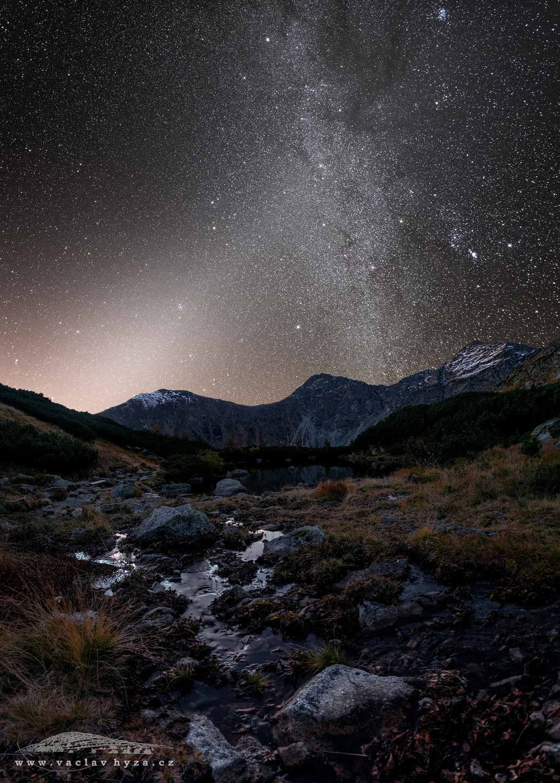 Přítok (Západní Tatry) | Foto Václav Hýža | Panorama ze 17 snímků. Krajina: 9 snímků + 1 DF. 3× plošně ve 3 řadách. Hvězdy: 6 snímků + 1 DF. Foceno s pomocí paralaktické montáže
