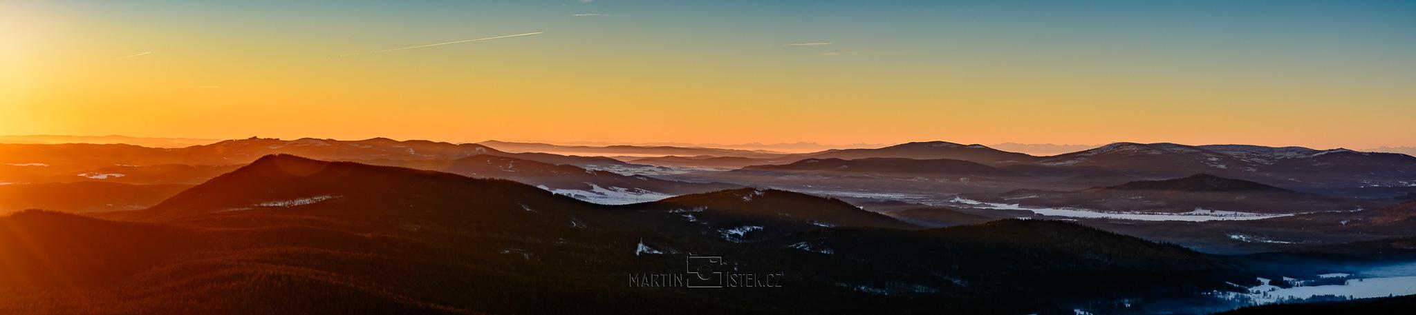 Východ slunce, rozhledna Boubín. Panorama složeno ze 7 snímků, vertikální snímání