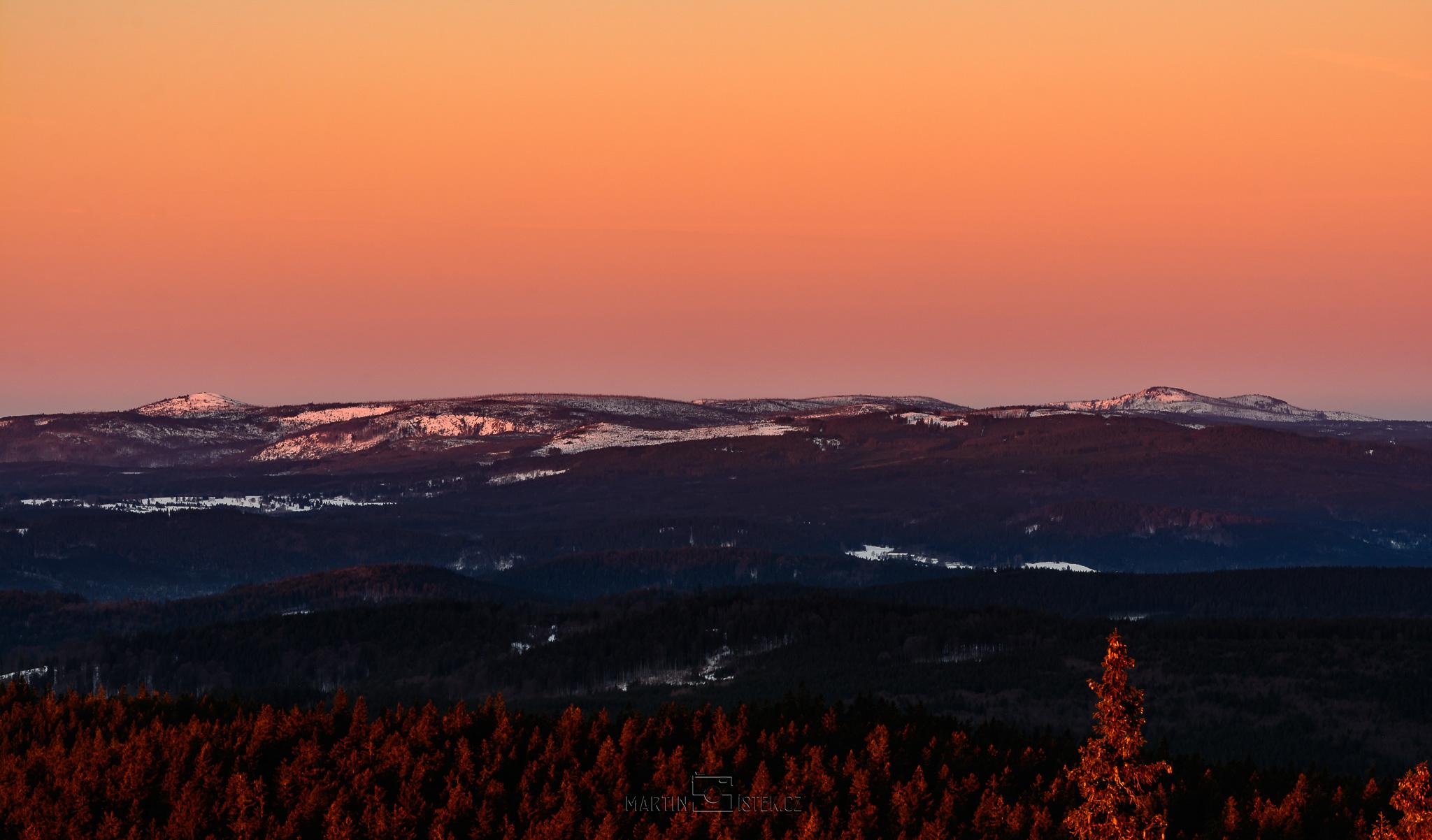 Východ slunce, rozhledna Boubín. Pohled na Roklan