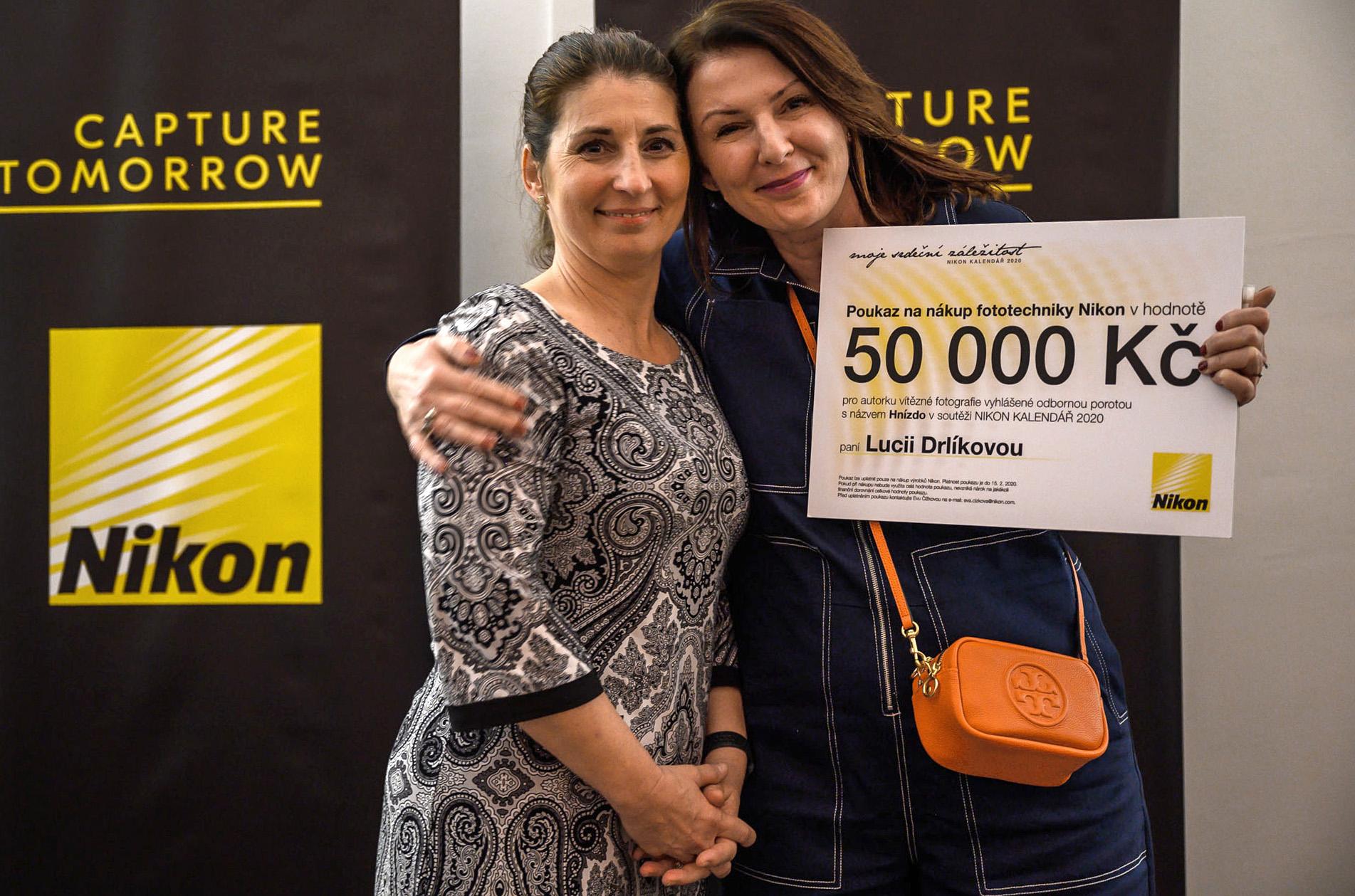 Šťastná vítězka Nikon kalendáře 2020 Lucie Drlíková s marketingovou ředitelkou Nikonu Evou Čížkovou