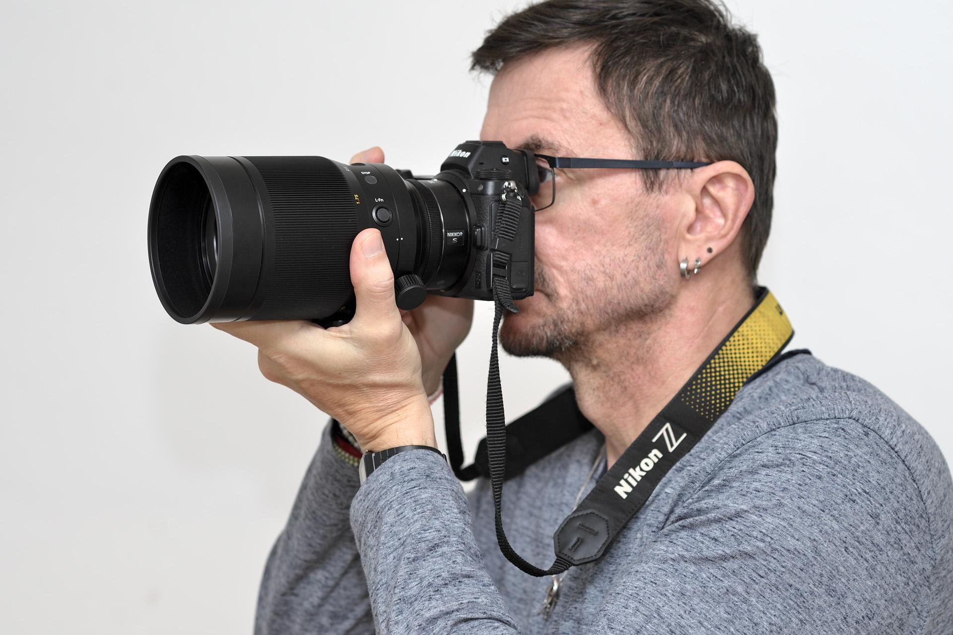 Nikkor Z 58 mm f/0,95 mm S Noct v ruce