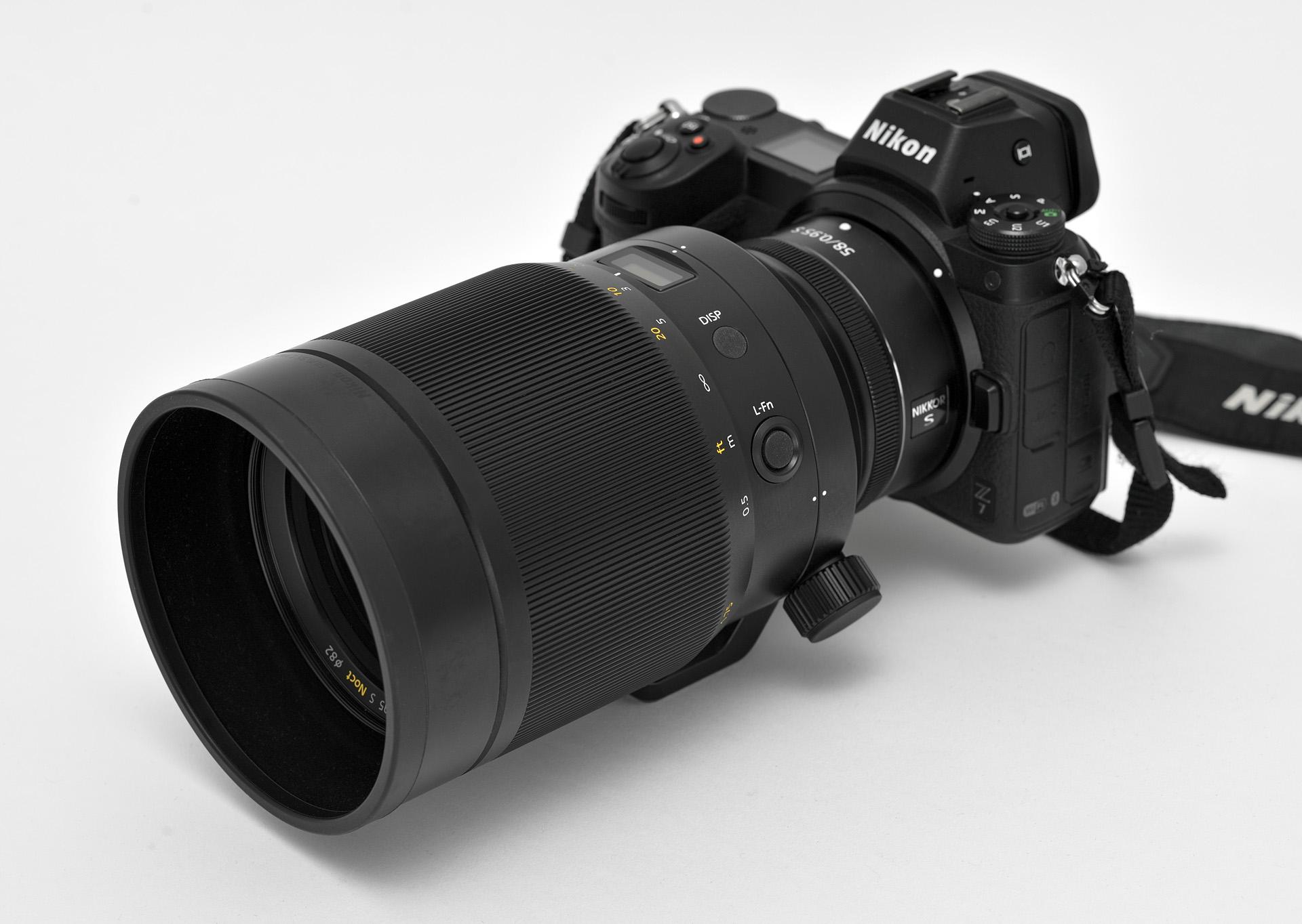 Nikkor Z 58 mm f/0,95 mm S Noct s nasazenou sluneční clonou na těle Nikon Z 7