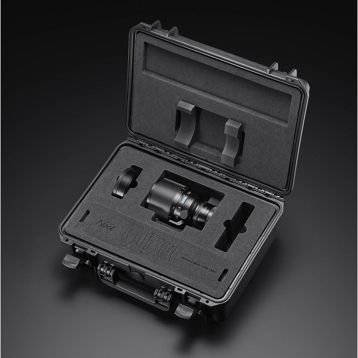 V části molitanové výstelky horního víka kufru je vyřezané schéma optické konstrukce objektivu –příjemná drobnost. Na fotografii je jí zakrytý prostor kufru, kam můžete umístit až dvě těla Nikonu Z 6 nebo Z 7.