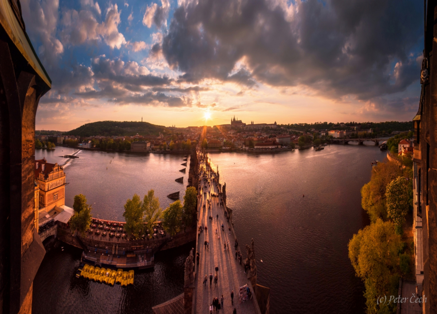 Karlov most a Hradčany pri západe slnka
