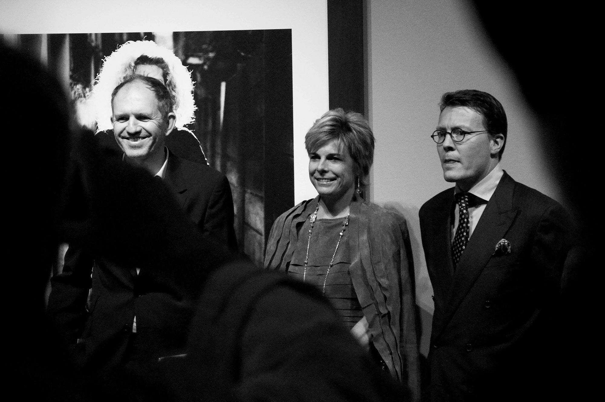 Anton Corbijn na vernisáži s nizozemskou princeznou a princem | Foto Bára Lockefeer