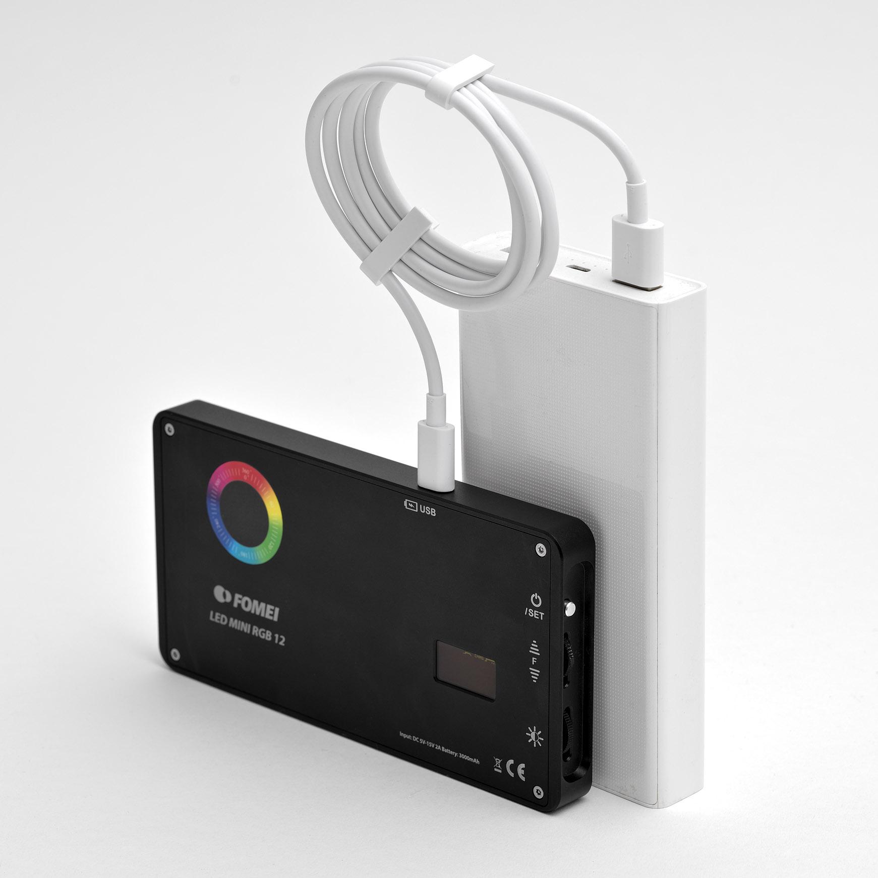 Světlo Fomei LED Mini RGB 12 lze používat i při napájení například z powerbanky
