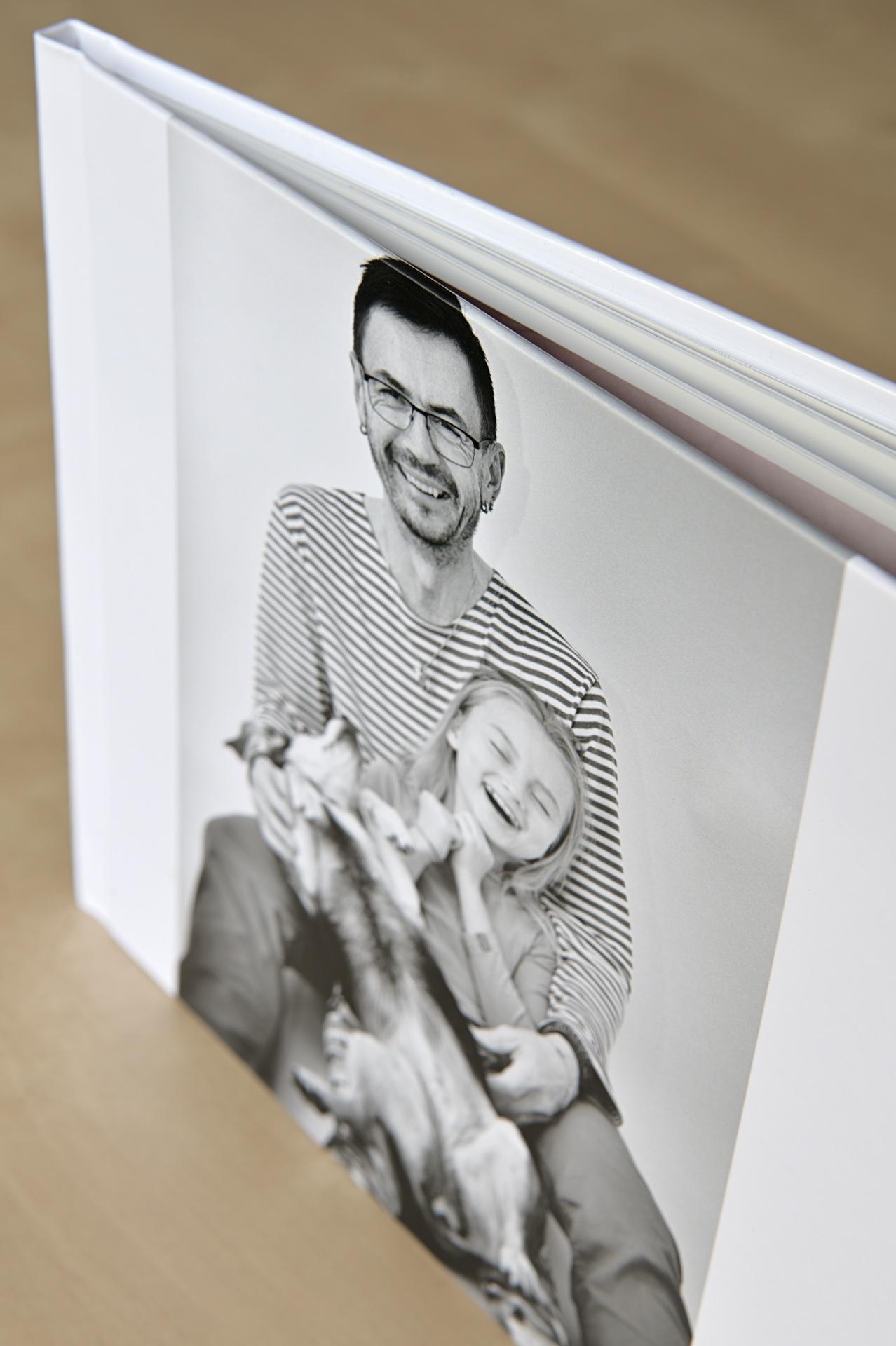 """Obálku tvoří tuhé, leskle laminované desky. Fotografie na obálce může jít i """"na spad"""" čili přes okraj"""