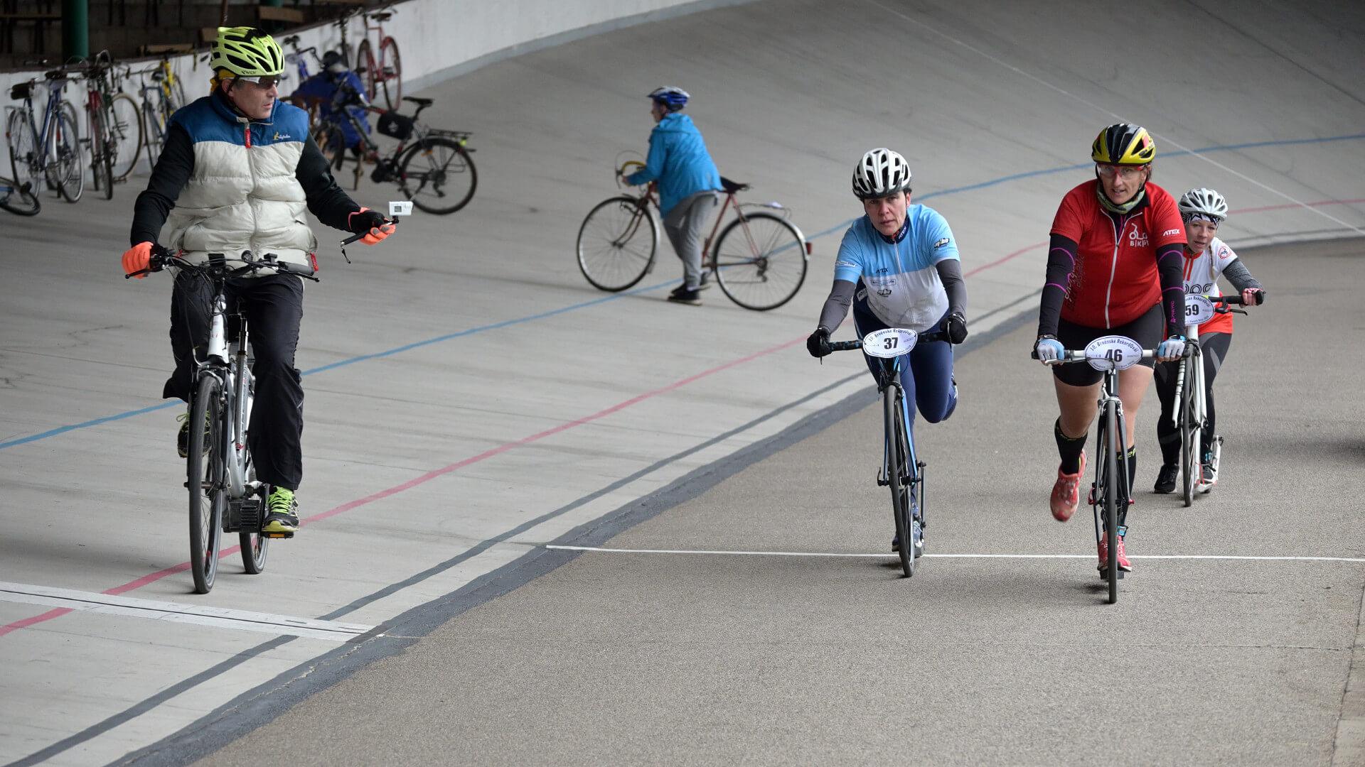 Půlmaraton na koloběžkách čili 55 kol na brněnském velodromu | Nikon Z 50 + Nikkor Z DX 50–250mm f/4,5–6,3 VR