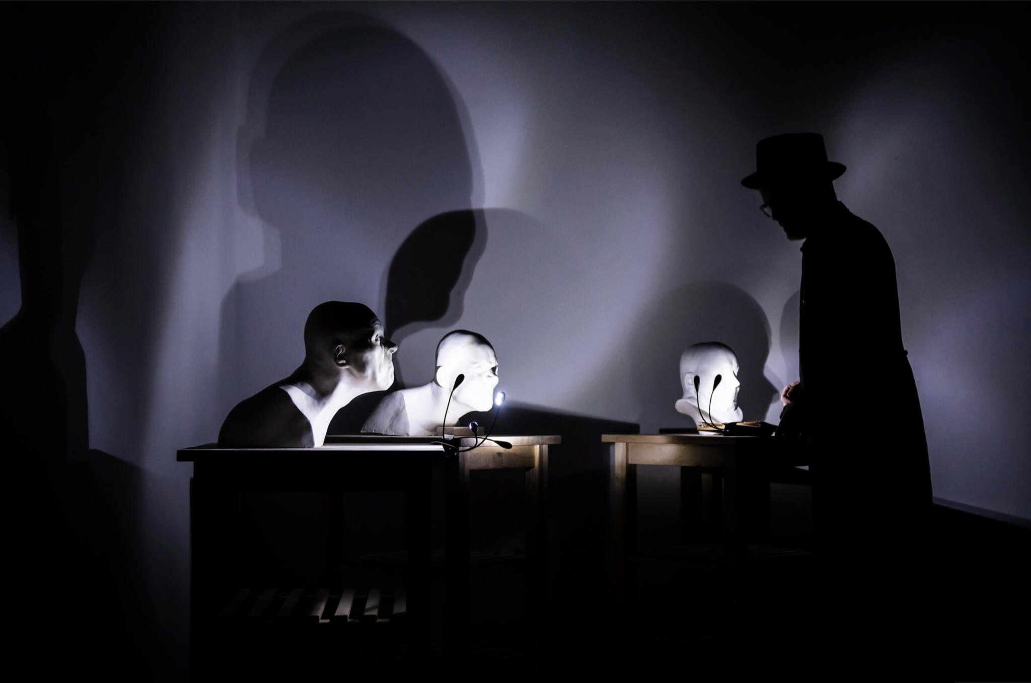 Se světlem, potažmo pak stínem, se skvěle pracuje například při focení divadla | Divadlo Ludus, Frankenschwein24 | Foto Igor Stančík