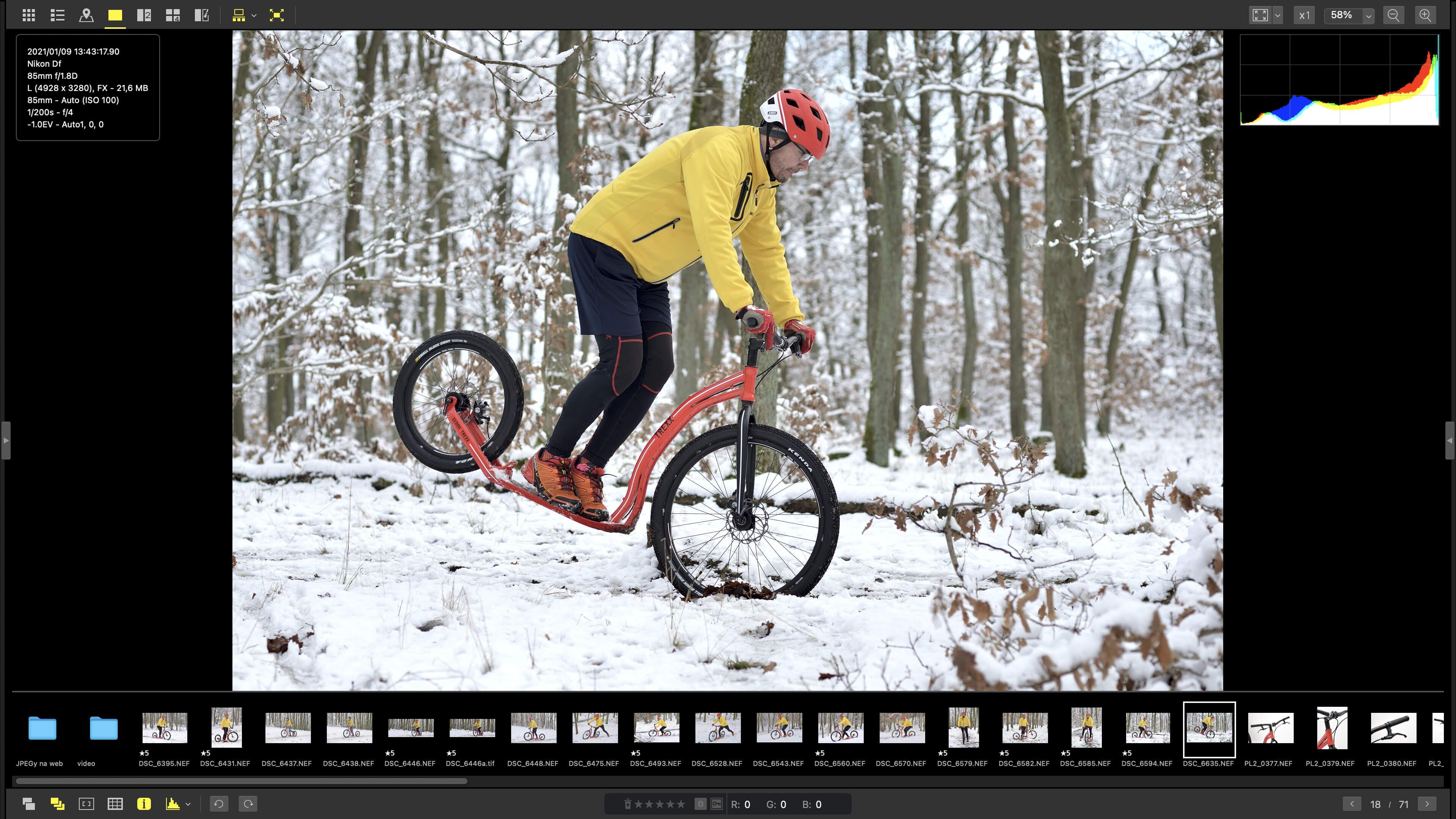 Celoobrazovkový náhled NX Studia se zapnutým filmstripem a zobrazením histogramu a základních informací. Vše jde vypnout, takže máte na monitoru jen čistou fotografii