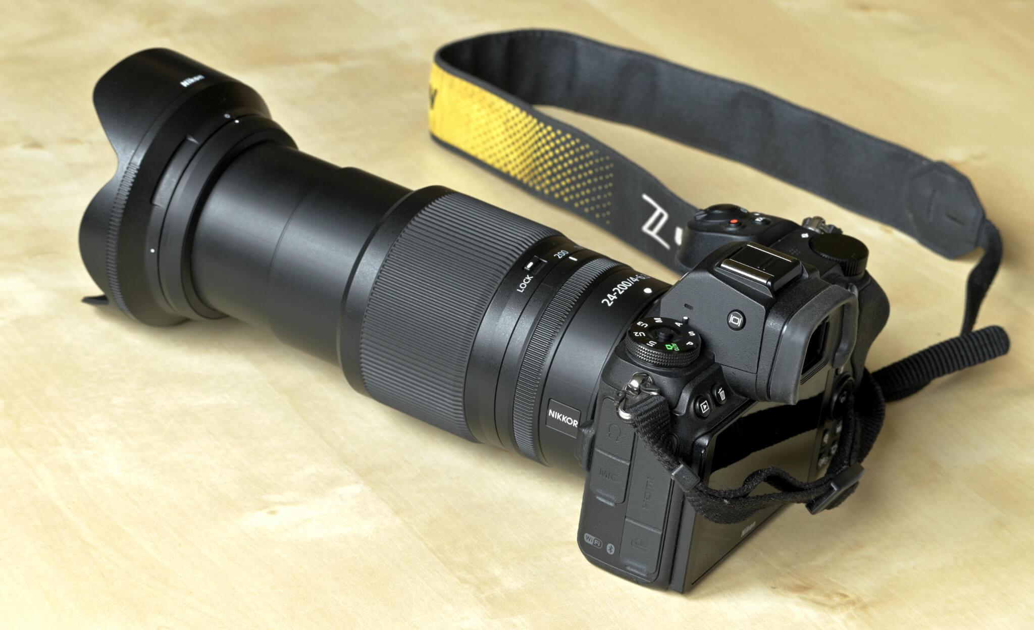 Zcela vysunutý tubus objektivu Nikkor 24–200 mm f/4–6,3 VR