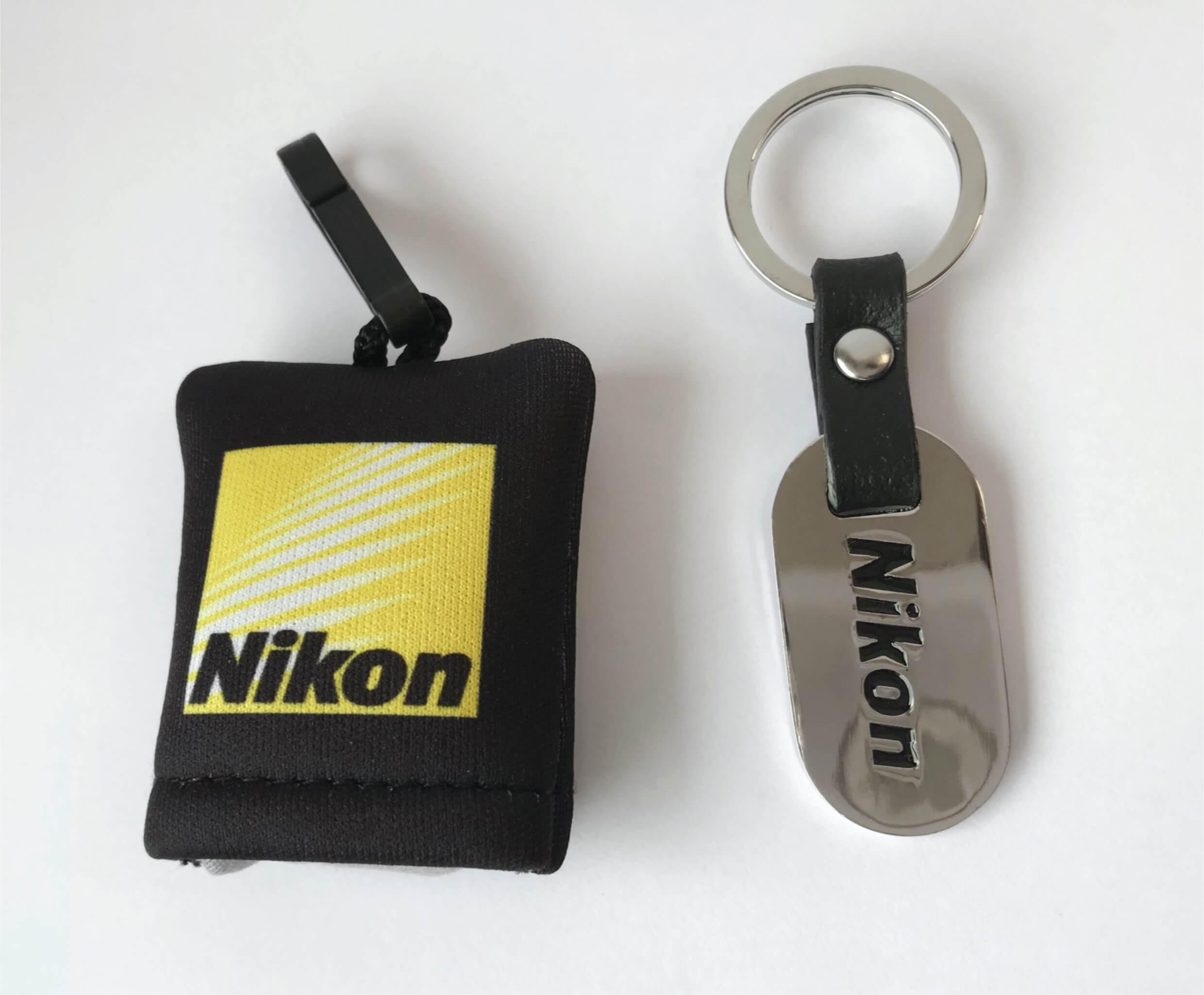 Čisticí hadřík na optiku a přívěsek Nikon