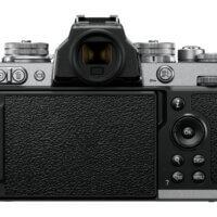 Ani zadní strana Nikonu Z fc neposkytuje žádné ergonomické prvky