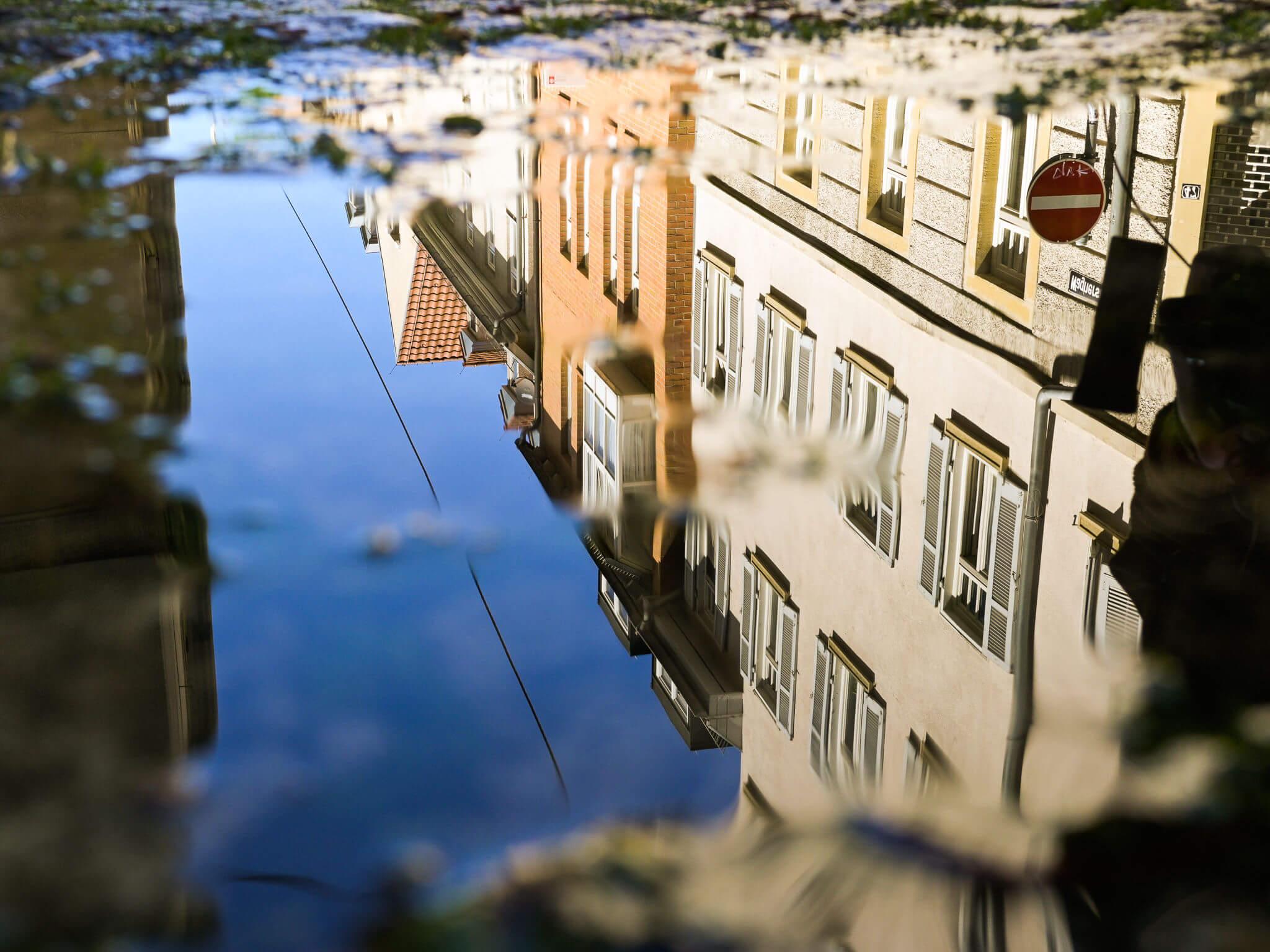 Hledejte odrazy ve městě | Nikon Z fc + Nikkor Z 28 mm f/2,8 | 1/60 s, F9, ISO 250