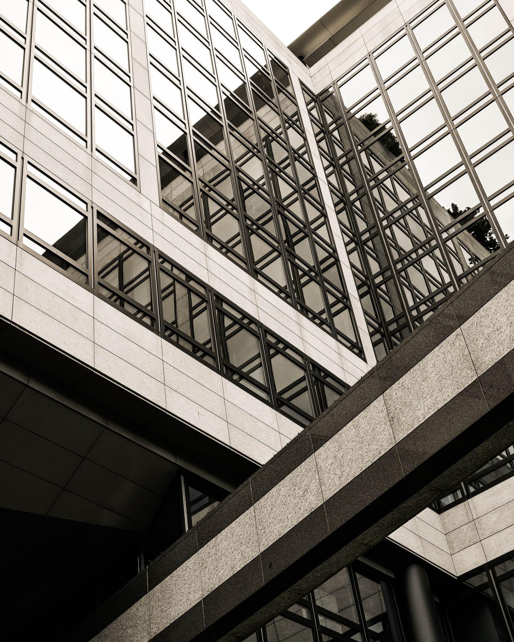 Odrazy a budovy | Nikon Z fc + Nikkor Z 28 mm f/2,8 | 1/100 s, F8, ISO 100