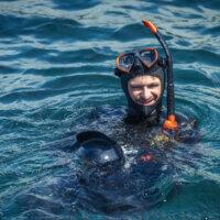 Autor článku Petr Jan Juračka přichystán k ponoru se Zetkem v podvodním pouzdru
