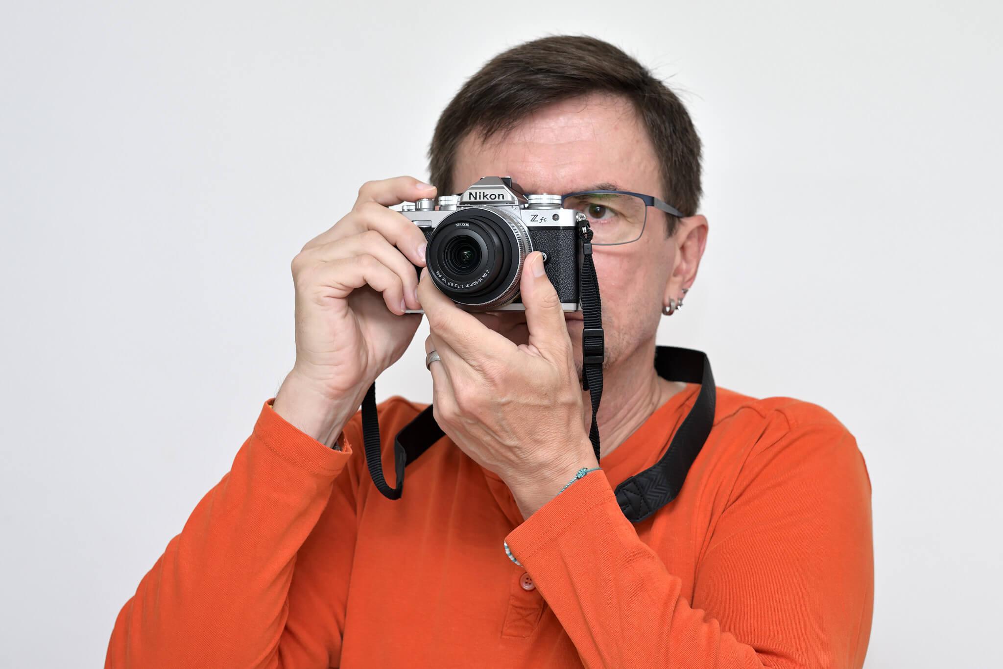 Při focení s foťákem u oka byste neměli pociťovat zásadní ergonomické nedostatky