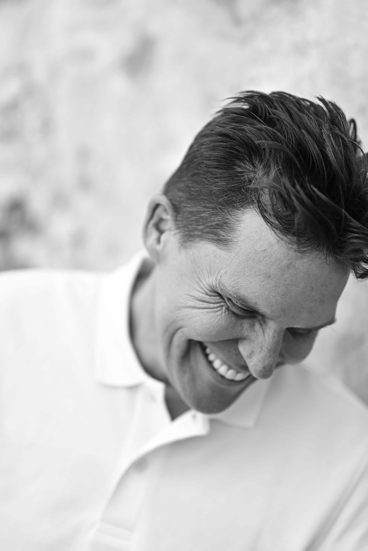Rozhovor s modelem během focení může pomoci, aby se cítil příjemně. Portrét Bretta Florense od Kathrin Schafbauer