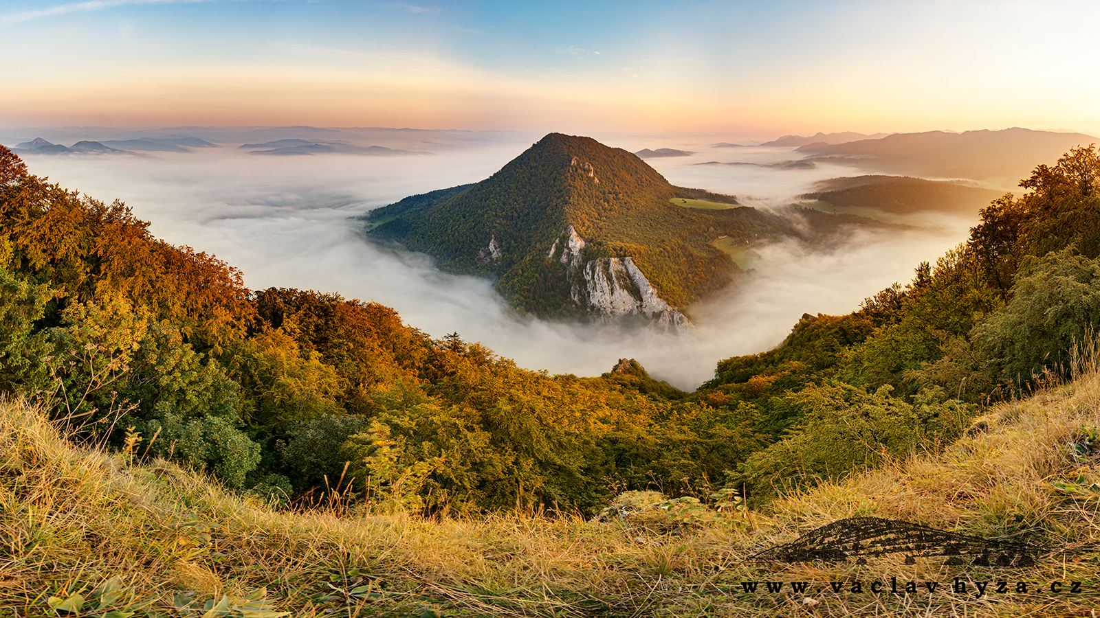 Ostrov v oblacích (Strážovské vrchy) | Foto Václav Hýža | Panorama z 39 snímků, 12× plošně ve dvou řadách, 3× EBKT + 3× ARFX