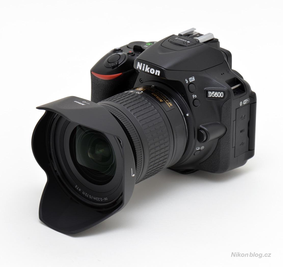 """AF-P DX Nikkor 10–20 mm F4,5–5,6G VR na těle Nikonu D5600. Tvarovaná sluneční clona je součástí standardního balení stejně jako měkké pouzdro –""""pytlík"""""""
