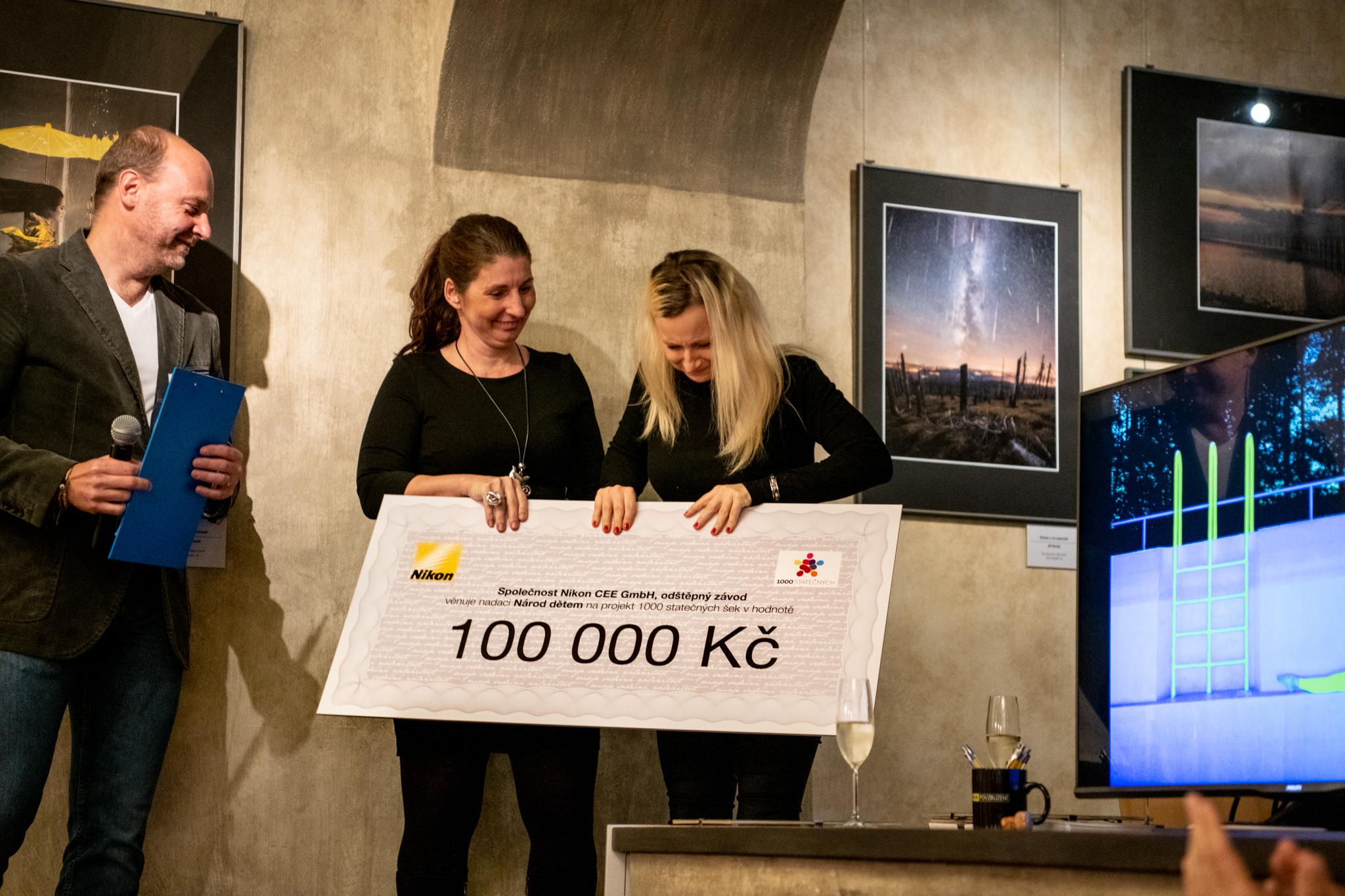 Předávání daru nadaci Národ dětem na projekt 1000 statečných na vernisáži Nikon kalendáře 2019