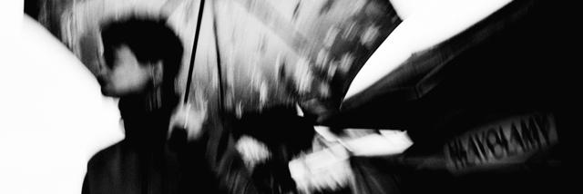 JSEM | Fotka měsíce Nikonblogu –duben 2017. Gradující street foto s přesahy