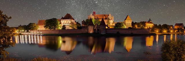 """""""Středová"""" noční architektura v únorovém kole soutěže JSEM   Fotka měsíce Nikonblogu"""