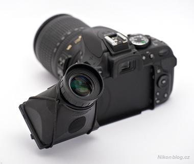 Displejová lupa Hoodman HoodLoupe 3.0 na výklopném displeji Nikonu D5200