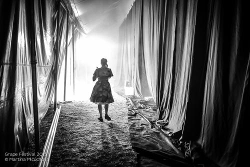 JSEM   Fotka týdne Nikonblogu – 9. kolo   Grape Festival 2015 / backstage / Katarzia   Foto Martina Mlčúchová