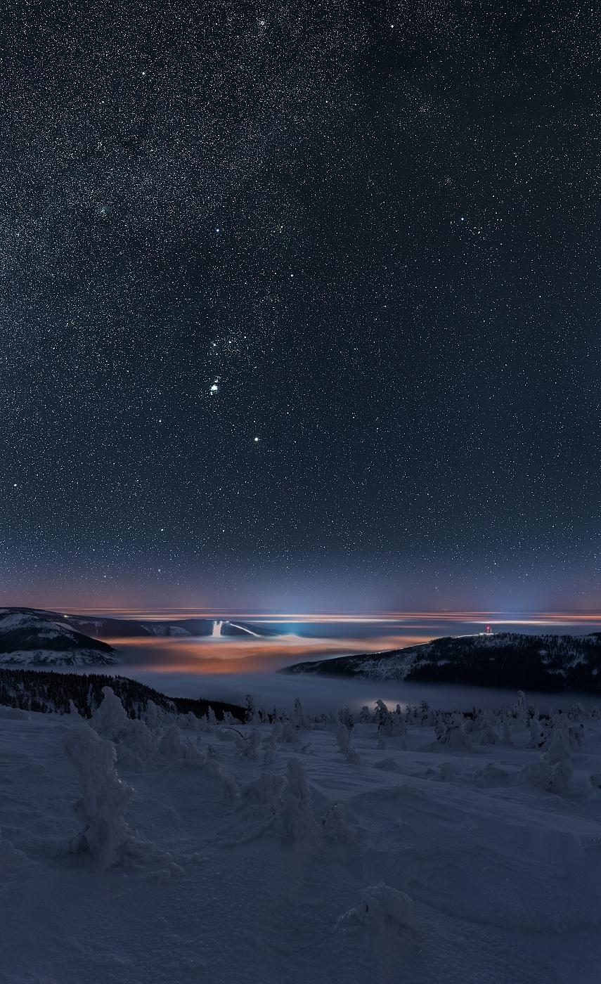 Jan Šmíd právě exponuje noční oblohu. Vzhledem k tomu, že se během celkové 50minutové expozice pohyboval aby neumrzl, není na snímku vidět.