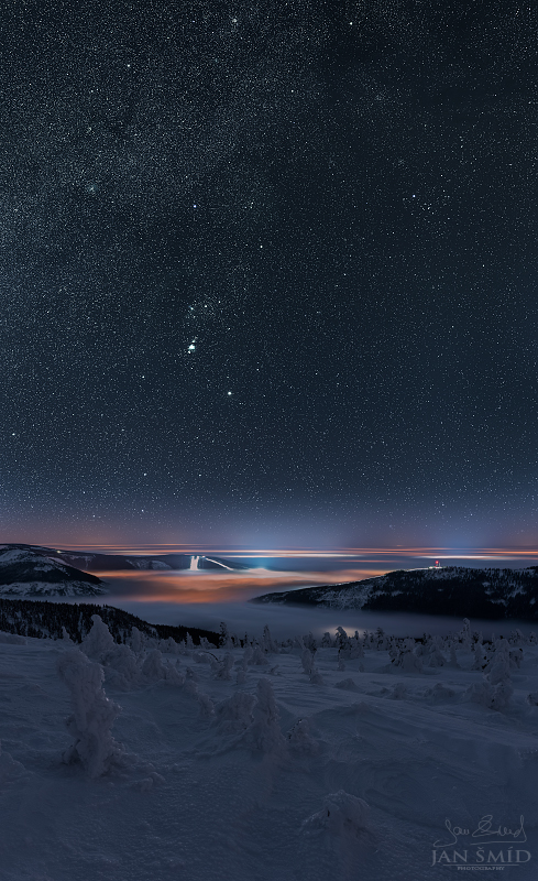 Tmavomodrý svět | Panorama složené z 24 fotografií (18 expozic hvězd ve dvou řadách, 3 dílčí expozice krajiny ve třetí řadě + 2* expoziční bracketing) | Nikon D750 | Foto Jan Šmíd