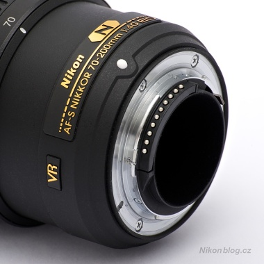 AF-S Nikkor 70–200 mm F4G ED VR | Dosedací plocha bajonetu je jako obvykle u objektivů této třídy opatřena těsněním