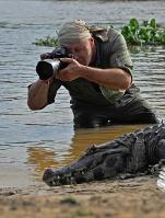 Petr Slavík při fotografování kajmanů, Pantanal, Brazilie | Foto Ailton Lara