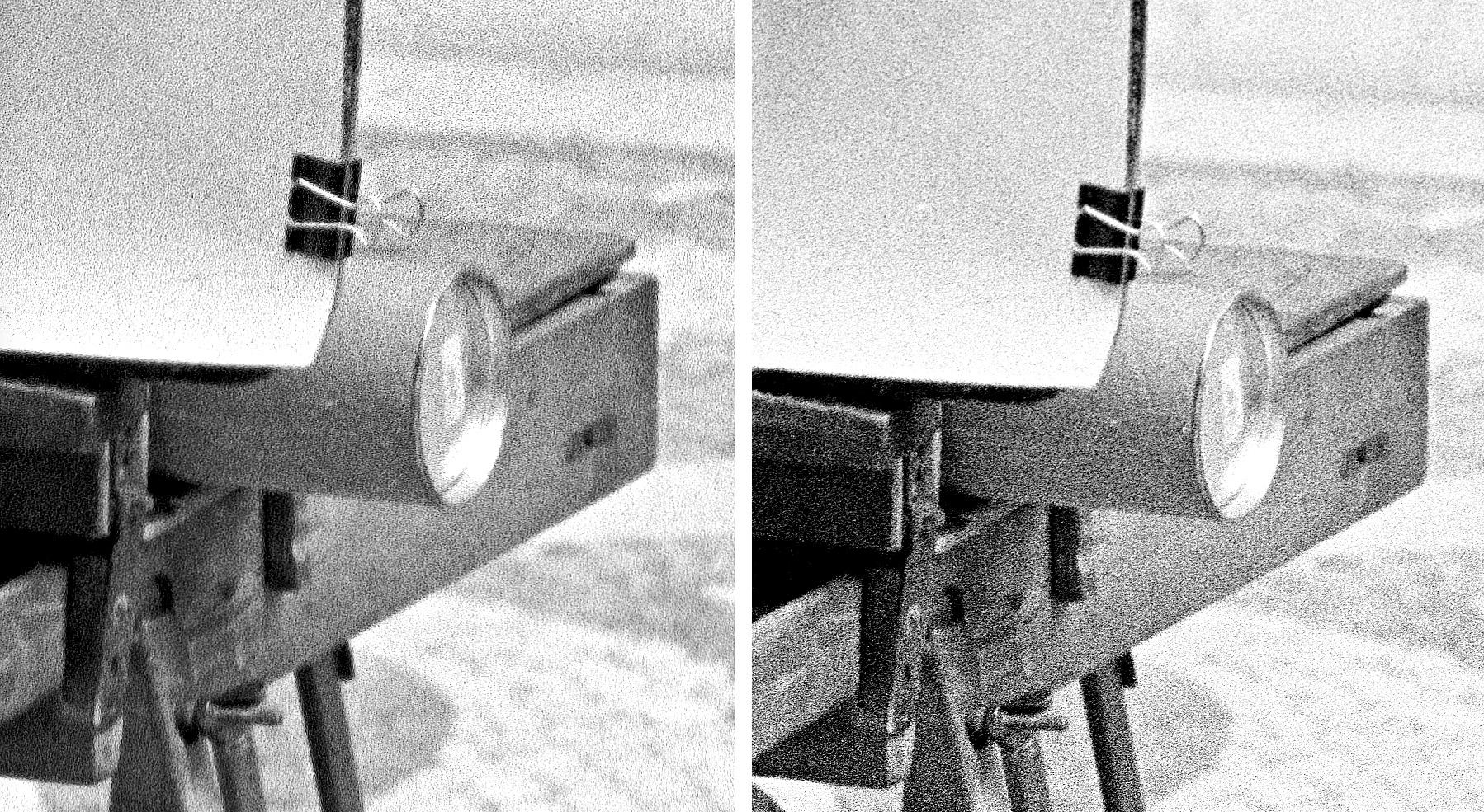 Srovnání výřezů z černobílého negativního filmu –vlevo Nikon D850 + AF-S Micro-Nikkor 60 mm f/2,8G ED a adaptér ES-2, vpravo kinofilmový skener Minolta Dimage Scan Elite 5400 (pozn.: Neměl jsem již zdrojový sken –toto je už upravená fotografie vč. doostření)
